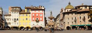 Panoramica_della_piazza_del_Duomo_-_Trento